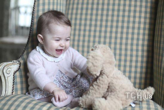 Королівська родина опублікувала нові фото принцеси Шарлотти