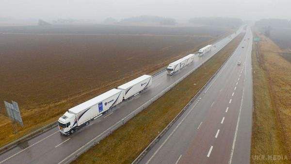 Колони безпілотних вантажівок вперше проїхали по Європі. Відео