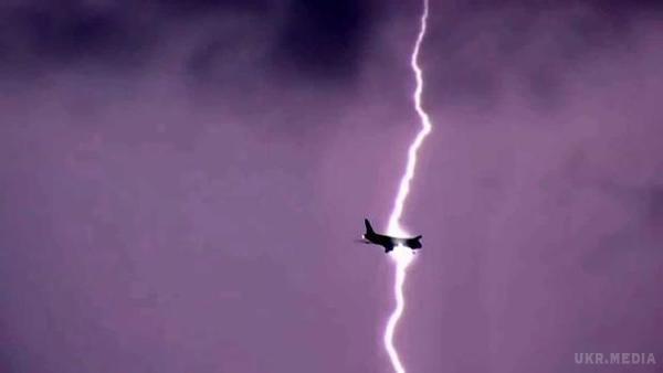 Неймовірно, але факт: блискавки потрапили відразу в два літаки, опубліковано відео