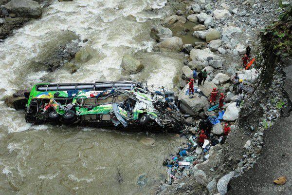 Індія: автобус впав у прірву