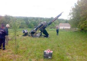 Аварія вертольота в Хмельницькій області: Robinson зачепив електричні дроти і впав на поле. Є жертви