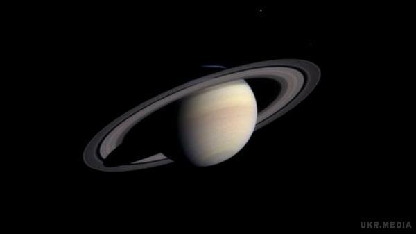 Пролітаючи між кільцями Сатурна, Cassini надіслав перші фото