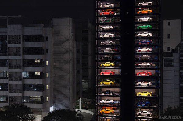 Спорткари Ferrari і Lamborghini продають, якснеки вавтоматах