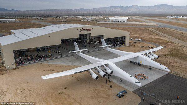 УСША вперше покинув ангар найбільший літак усвіті: з'явилося відео
