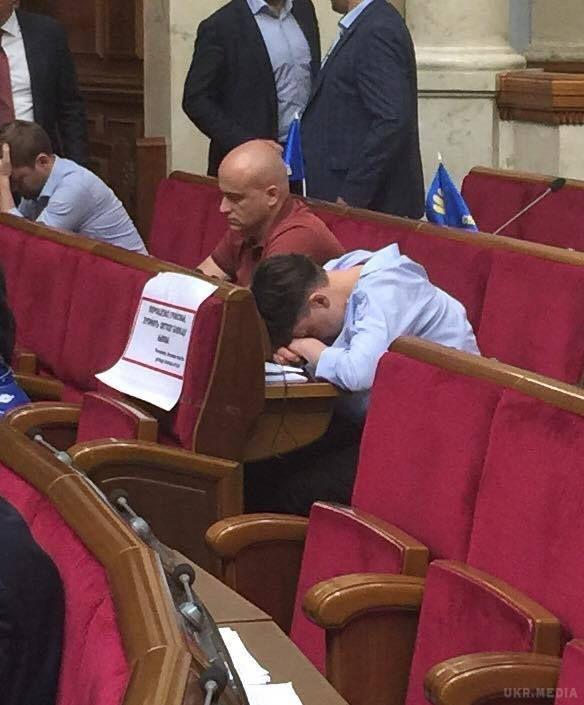 Савченко уРаді показала середній палець і заснула