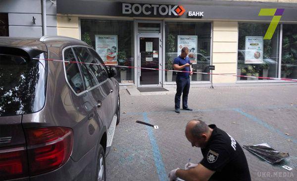 ВОдесі троє озброєних чоловіків влаштували стрілянину біля банку