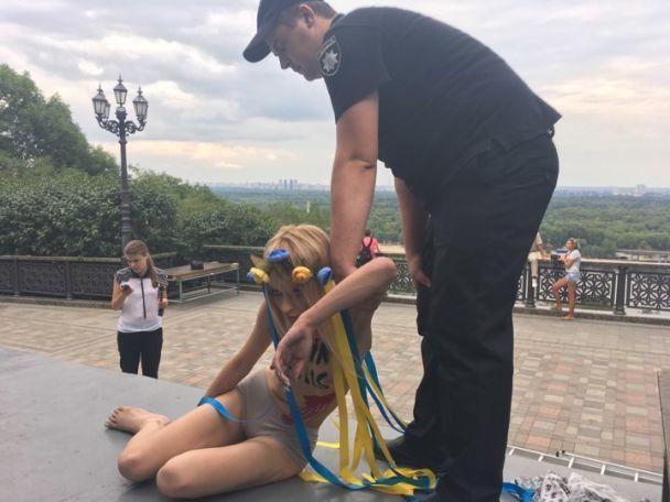 Активістка Femen залізла напам'ятник князю Володимиру вКиєві