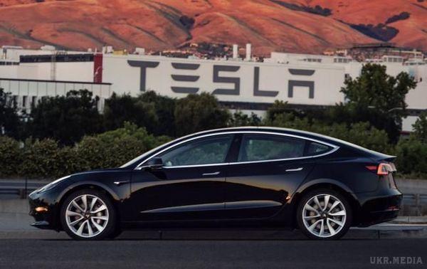 Tesla початку продажу бюджетної версії електромобіля Model 3