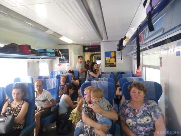 Пасажири інтерсіті «Одеса-Київ» їдуть стоячи через брак вагонів