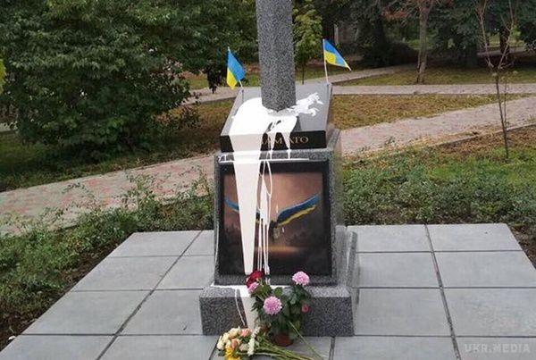 Пам'ятник воїнам АТО вКиєві облили фарбою і спробували підірвати