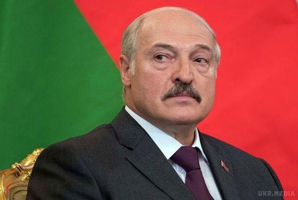 Лукашенко прокотився нановенькому автомобілі Тесла: Стартує він, яккосмічний корабель