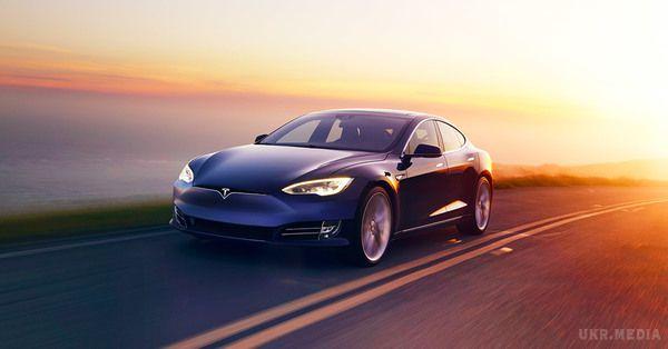 Рятуючись від урагану: Tesla збільшила ємність батарей електрокарів у Флориді