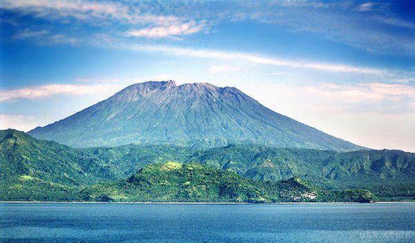 НаБалі майже 10 тис. осіб евакуювали через активність вулкана Агунг