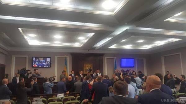Назасіданні Київської облради сталася бійка,— відео