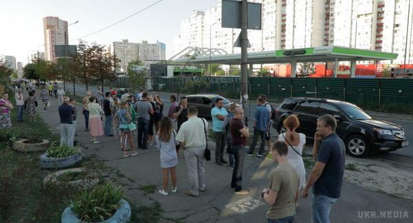 Сутички, поліція, яйця: уКиєві активісти задекілька хвилин зруйнували незаконну АЗС
