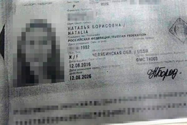 Гола росіянка загинула, висунувшись з вікна авто находу