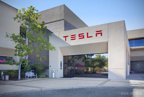 Tesla затиждень звільнила близько 400 працівників