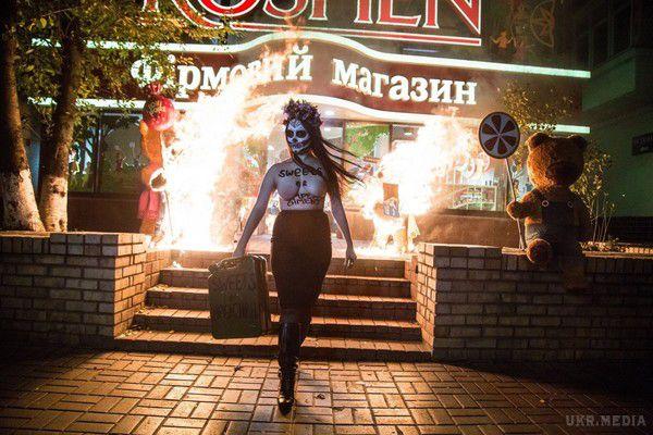 УКиєві активістка Femen спалила фігури ведмедів біля магазину Roshen наАрсенальній
