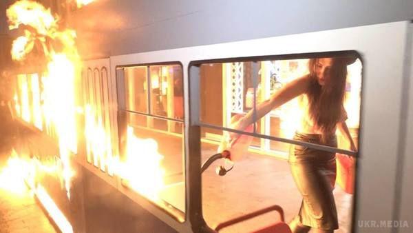 Активістка Femen підпалила декоративний трамвай біля магазину Roshen у Вінниці