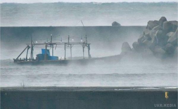 Наберег Японії викинуло човен зі скелетами