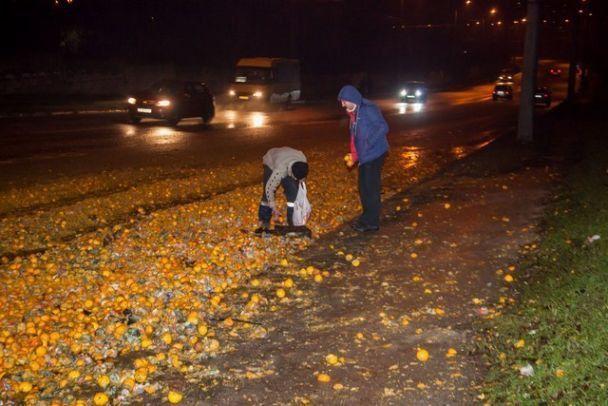 УДніпрі через ДТП усю дорогу засипало мандаринами