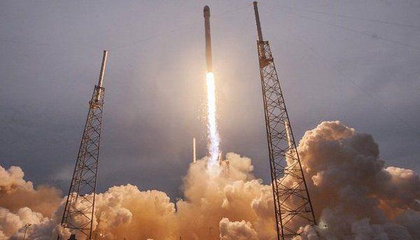 SpaceX вперше повторно запустила ракету і космічний корабель