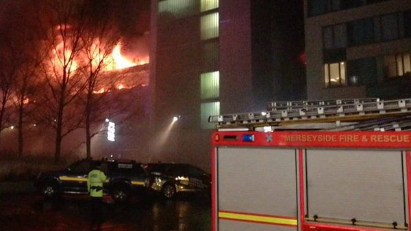 У Ліверпулі спалахнула масштабна пожежа наавтостоянці - згоріли понад 1400 авто