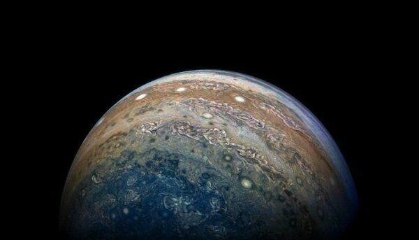 Зонд NASA передав наЗемлю нові знімки Юпітера