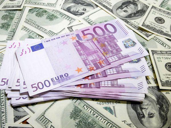 Євро тадолар встоличних обмінниках стрімко падають в ціні