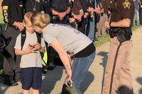 У США 70 поліцейських проводили до школи хлопчика, батько якого загинув на службі