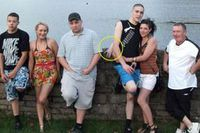 На сімейному фото виявили дивну руку, яка вилізла позаду людей