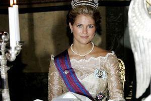 Фото принцеси Швеції, яка прибирає за собакою, підірвало соцмережі. В інтернеті набирає популярність фото шведської принцеси, що прибирає за собакою