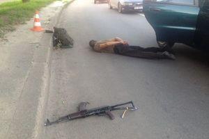 У Харкові військовий у салоні таксі відкрив стрілянину з автомата Калашникова (фото). У Харкові патрульні затримали чоловіка в камуфльованому одязі, який стріляв в автомобілі таксі з автомата.