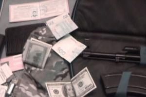 У Запоріжжі поліціянтки очолили банду з викрадання авто (відео). У Запоріжжі дві поліціянтки 24-х і 28-ми років, одна з яких очолювала відділ з розшуку викрадених авто, а інша була її підлеглою, сколотили і очолили справжню банду з викрадення авто.