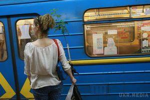 У харківському метро дівчина впала на рейки. У Харкові молода дівчина впала на колію метро.