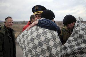 """Бойовики """"ДНР"""" заявили, що готові змінювати полонених """"всіх на всіх"""" – ЗМІ. Після пропозиції СБУ обмінювати трьох полонених бойовиків на одного українця, терористи """"ДНР"""" заявили, що готові обміняти полонених у форматі """"всіх на всіх""""."""