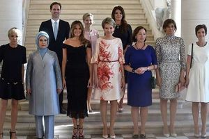 """Соцмережі шаленіють від цього революційного фото. Під час саміту НАТО, який відбувся в Брюсселі, було зроблене традиційне групове фото перших леді – і вперше в історії у компанії супутниць життя лідерів держав опинився """"перший джентльмен""""-гей."""