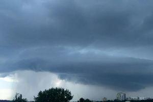 """""""Кінець світу"""". У мережі показали аномальну зливу в Києві (відео). Дощ стіною, буря, мікросмерч."""