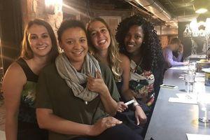 Американець влаштував шість побачень в одному барі, але щось пішло не так. Хлопець призначив шести різним дівчатам побачення в одному барі, однак перша дівчина вирішила затриматися і все пішло не так.