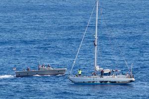 Дві жінки п&#039ять місяців дрейфували на яхті в Тихому океані. Дженніфер Аппель і Таша Фуиаба (обидві з Гонолулу) разом з двома собаками навесні відпливли з порту на Гавайських островах, слідуючи на Таїті. У Тихому океані жінки дрейфували майже п&#039ять місяців.