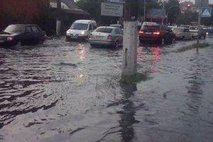 Річка замість дороги: Вінницю накрила штормова злива. Повалено кілька дерев, деякі з них впали на автомобілі.
