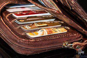 В Україні почали масово блокувати банківські карти. Рахунки обіцяють розморозити, коли клієнт надасть банку паспорт та ідентифікаційний код.
