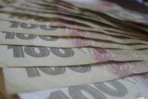 Курс валют на 19 червня: гривню послабили. НБУ трохи послабив курс гривні. Курс долара на міжбанку в покупці виріс на чотири копійки.
