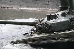 """Український танк """"Булат"""" вперше випробували під водою. На території навчального центру в Десні вперше за п&#039ять років почистили спеціальний басейн для навчань на танках."""