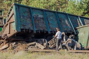 У Дніпрі  з-за крадіжки болтів і скріплень шляху зазнав аварії поїзд. Зійшли з рейок локомотив та 15 вантажних вагонів.