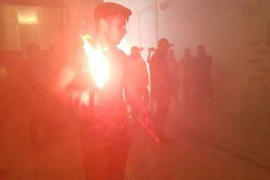 Масові заворушення в Харкові: в міськраду кидають димові шашки. У Харкові 20 червня відбулися заворушення перед початком сесії міської ради. Невідомі особи кинули димову шашку до будівлі міської ради.