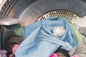 Вона кинула у пральну машину кульку з фольги. Тепер я теж так роблю!. Виробники щороку випускають нові моделі пральних машин, але прання часом все одно схоже на лотерею.