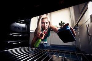 Цей домашній очищувач для плити працює краще, ніж магазинні. Інгредієнти неодмінно знайдуться у кожного. Це дуже простий рецепт, котрий перевірили тисячі людей і вони задоволені результатом.
